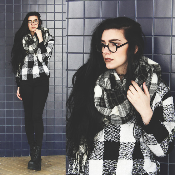 CLAUDIA Holynights - Freyrs Black Round Glasses, Style Moi Check Sweater - Black and white