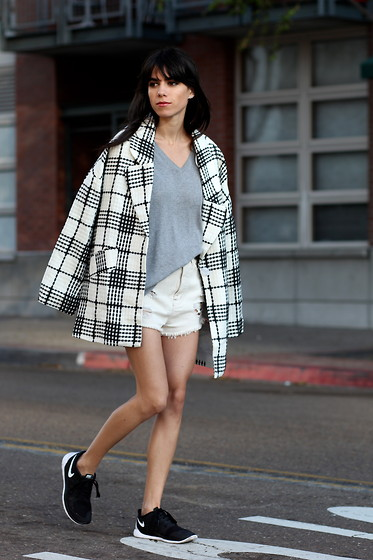 Lucia Mouet - Tobi Coat, Bdg Shorts, Nike Sneakers - SPORTY CHIC