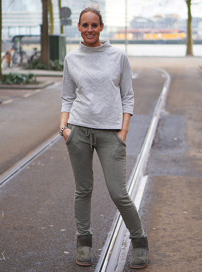 Chris - Selected Femme Sweater, Ugg Boots, Local Joggingpants - Outfit laidback