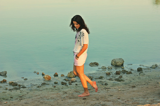 Susanna Vesna - Forever 21 Monochrome Roses, Gap Lilac Linen Shorts - In My Footsteps