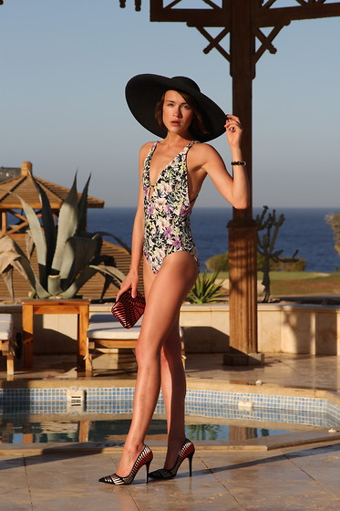 Ella Catliff - Reiss Hat, Reiss Clutch, Reiss Shoes, Reiss Swimsuit - Swimsuit Season