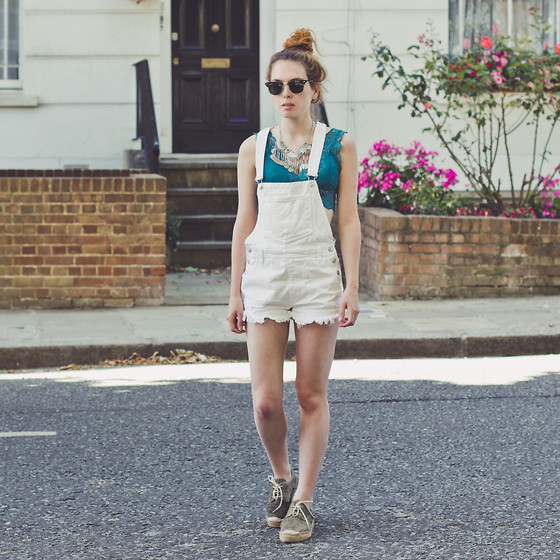 Silvy De Jong - Pieces Bralette, Pull & Bear Dungarees, Fred De La Bretoniere Shoes - AFTERNOON STROLL