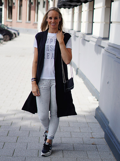 Chris - Selected Femme Long Waistcoat, Selected Femme Shirt, Vero Moda Clutch, Costes Skinny Jeans, Nike Air Max Essential 1 Sneakers - Musthave between summer and fall
