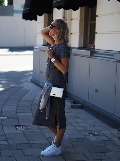 Chris - Vila Dress, Nike Sneaker, Liv Shoulderbag - Travel look