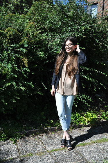 Sunniva - Second Female Blazer, American Vintage Shirt, Gina Tricot Ripped Skinny Jeans, Clarks Sandals - Shaddows & light