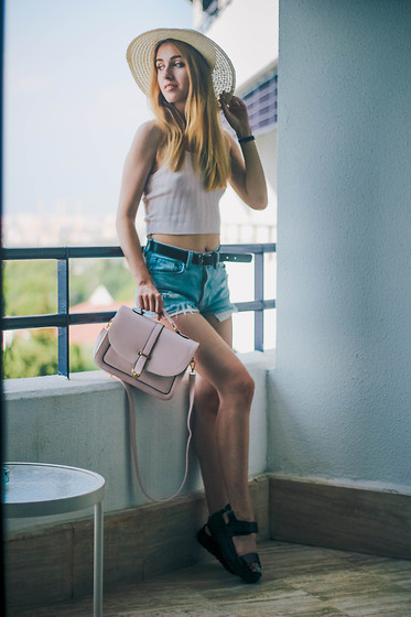 Anna Pogribnyak - Style Moi Top, Cndirect Bag, Vagabond Sandals, Levi's® Shorts - Sea morning