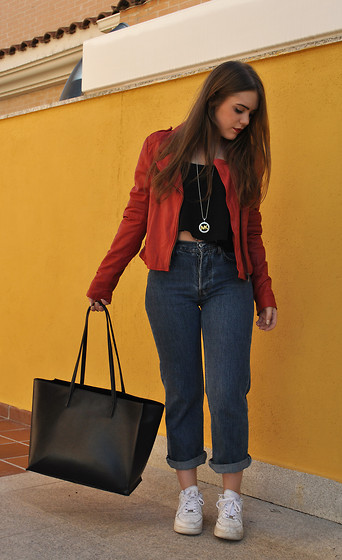Carmen Méndez - Zara Leather Jacket, Levi's® Jeans, Nike Sneakers, Bershka Top, Zara Bag - Schooloutfit.