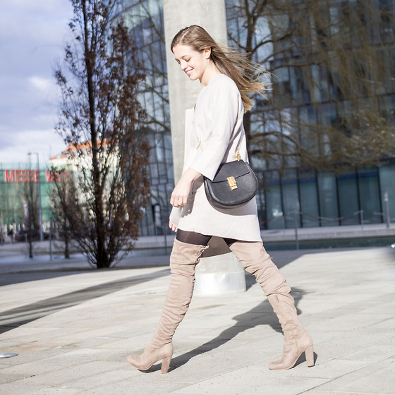 Ina Nuvo - Chloé Drew Bag, Asos Laced Up Overknees, Edited   The Label Light Colored Coat - Light Colors & Windy Hair