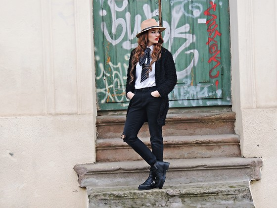 Daniela Macsim - Shein Faux Fur Coat, Zara Bf Jeans, C&A Shirt&Scarf, Zara Boots, H&M Hat - Spring is almost here