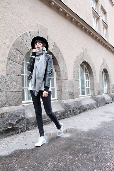 Paz Halabi Rodriguez - H&M Black Fedora, No Brand Grey Cashmere Scarf, Mango Biker Leather Jacket, Topshop Black Skinny Jeans, Adidas Stan Smith - Effortless and Comfy, that´s the spirit!