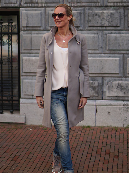 Chris - Zara Coat, Selected Femme Blouse, G Star Jeans, Nike Air Max Sneakers, Ralph Lauren Sunglasses - Spring colors