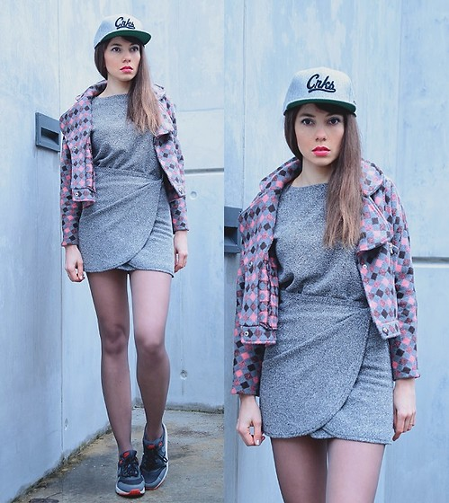 Jointy&Croissanty © - Crooks And Castles Snapback Cap - Wrap dress and sneakers