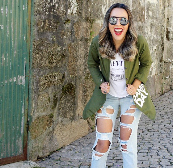 Cá Cavalcant - Ripped Jeans, Shirt Militar, Sunglasses - Having fun every damn day!