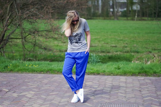Annora - Wibra Shirt, Oroblu Pants, Twinkeltje.Nl Sneakers - Bright blue pants
