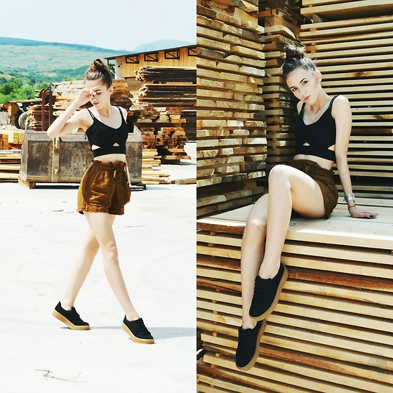 Emma Pavel - Bershka Blac Top, Bershka Balck Sneakers - Shades of wood