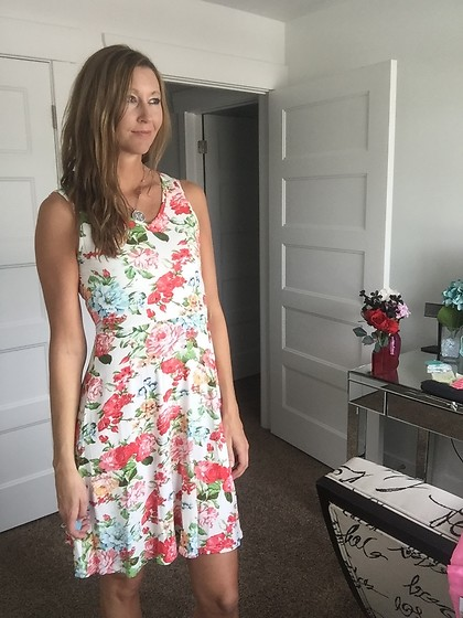 Cindy Batchelor - Acevog Floral Dress - Cute floral tank Dress Perfect for Summer