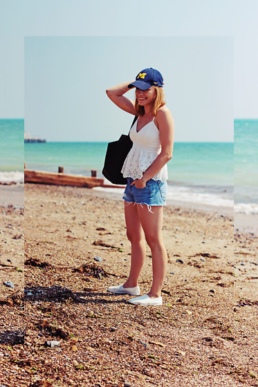 Marta S. - Nike Navy Baseball Cap, New Look White Top, Diy Shorts, Sheinside Black Shopper Bag, Mc Arthur White Shoes - Beach OOTD