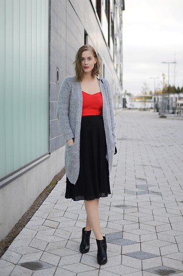 Anna K - Gina Tricot Cardigan, Second Hand Top, Gina Tricot Skirt, Pull & Bear Shoes - A bit of red