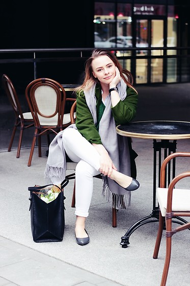 Marta S. - Green Coat, Green Sweater, Grey Scarf, White Slim Pants, Grey Shoes, Zara Black Bag - Street style • The Oak View challenge
