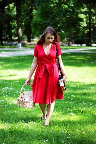 Marta S. - Red Dress, Black Bag, Black Shoes, Daniel Wellington Rose Gold Watch - Red dress