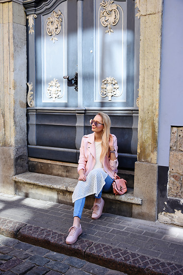 Madara L - Boohoo Pink Leather Jacket, Quiz Clothing White Mesh Shirt, H&M Pink Sneakers - Casual spring outfit