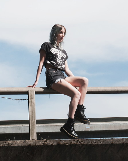 Saskia B. - Levi's High Waisted Short, Dr. Martens Jadon, Handmade Crop Top Slayer - Slayer.