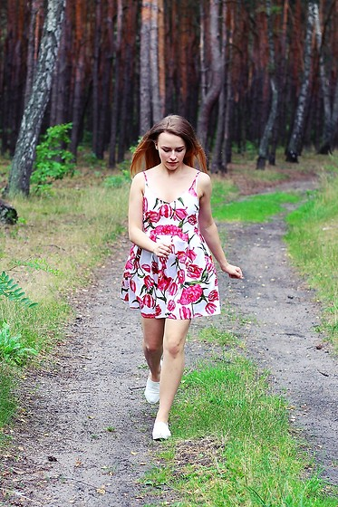 Marta S. - Romwe Floral Dress, White Shoes - Girl next door • Street style