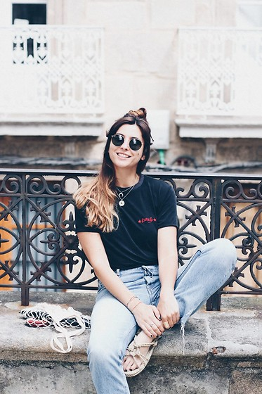 Patricia G. - Lúa Marta Necklace, Rarely Shirt, Nomadic Sandals - Smile in the city
