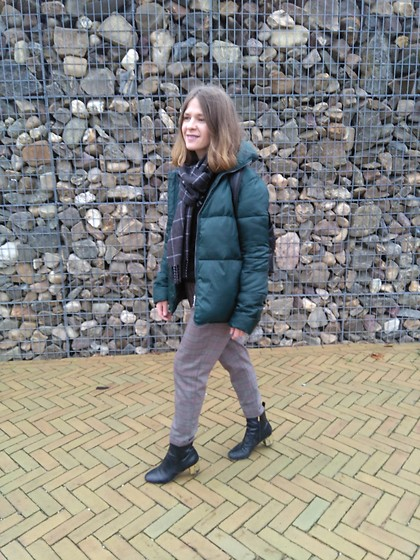 Alla Dolzhenko - Tvoe Emerald Jacket, Scarf, Stradivarius Pants, Topshop Boots With Golden Heels - Tourist here...