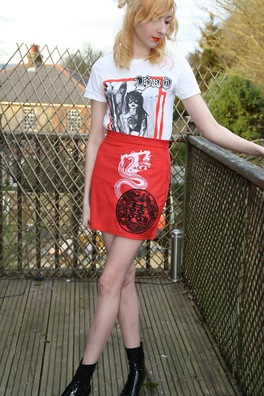 Coral Baker - Missguided Bad Girl T Shirt, Missguided Dragon Skirt, Zara Patent Black Sock Boots - The girl with the dragon skirt