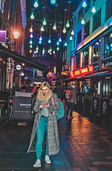 Saule S - Kanken Backpack, Primark Long Coat, Adidas Stan Smith Trainers, Primark High Waisted Jeans, H&M Grey Baggy Sweater - Big city lights! //IG@saule.es