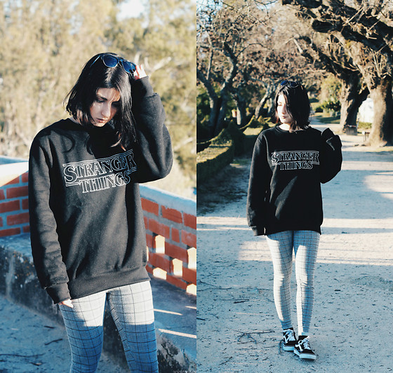 Adriana R. - Gamiss Stranger Things Sweatshirt, Pull & Bear Plaid Leggings, Vans Old Skool - Stranger Things Sweatshirt