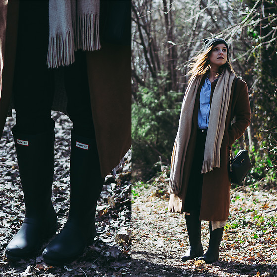 Daria R. - Hunter Waders Black Mat - Camel coat, Hunter waders, blue shirt, oversize beige scarf