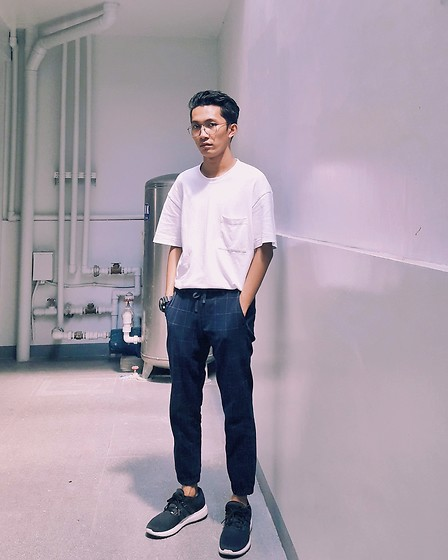 John Castillo - Uniqlo Oversized Tshirt, Uniqlo Jogger Pants, Adidas Trainers - Gazing on a hazy morning