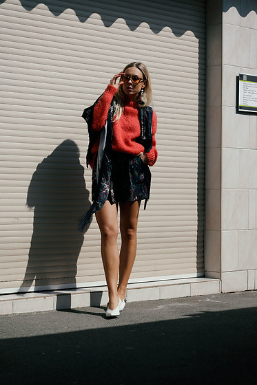 Laura⎢Les factory Femmes - Samsoe&Samsoe Shorts, &Otherstories Shoes, Vogue Eyewear Sunglasses, Cos Pullover - Soft Camouflage