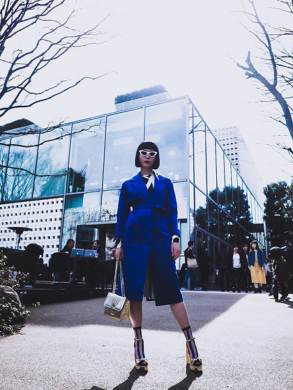 Samantha Mariko - Cos Trench Coat, Zerouv Sunglasses, Mimmi Bags Bag, Fakui Socks, Public Desire Heels - Electric Blue