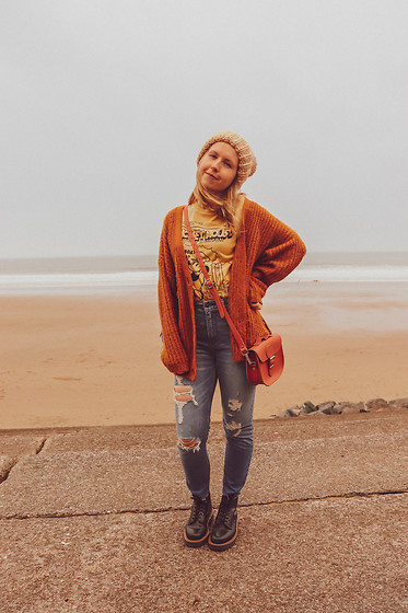 Katie Louise Williams - Abercrombie & Fitch Jeans, Asos Cardigan - Beach day!