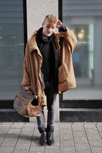 N ! - Humana Second Hand Big Linnen Coat, H&M Black Scarf, American Apparel See Thru + Striped Shirt, American Apparel Acid Washed Goods, P+M Second Hand Oh Those Shoes., Gift The Ultimate Bag - That's a total of 21 honks so far ;-)