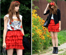 Martyna Janus - Second Hand T Shirt With Roses And Skull, Second Hand Frill Skirt, Reserved Bag, Graceland Boots, Bow - Bow and skull