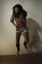 Annabel V. - Second Hand Checkered Shirt, Secondhand Shorts, Converse Red - Checkered shirts an daisy dukes.
