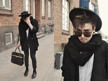 Nicklas Due - Second Hand Random Designer Bag, Ray Ban Wayfarer Sunglasses, Second Hand Vintage Strawhat, Second Hand Black Scarf, Second Hand Black 80's Blazer, Retro Store Copenhagen 60's Black Leather Shoes, H&M Black Skinny'jeans - †