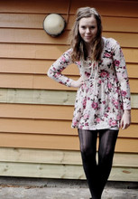 Annelise Beck - Lindex Leggings, H&M Tunika, H&M Pearl Necklace - All about flowerprint