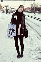 Kajsa N - Monki Fur Gloves - Waiting for the subway in Stockholm