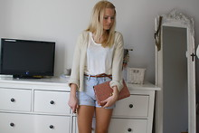 Vicktoria F - Borrowed Sweater, Weekday Shorts, H&M Clutch - Summer feels like minutes away