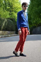 Samuel S. - Vintage Mocassins, Zara Red Chinos, Vintage Blue (Klein) Cardigan, Diy Skelleton Key Necklace, Zara Oxford Shirt, Clubmaster - << DE STIJL >>