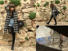Anna Ponsà López - Dr. Martens Black Boots, Zara Black Leather Bag, Zara Plaid Coat, H&M Denim Shorts, Ray Ban Wayfarer Brown Sunglasses - EASTER_OUTFIT III