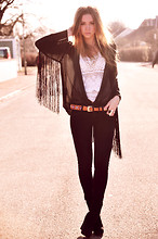 Lisa Olsson - Topshop Fringe Cape, Tjallamalla Chrochet Top, Bik Bok Etno Belt, Weekday Wedges, Weekday Jeans - Fringes/crochet