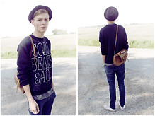 Pieterjan B - Youreyeslie Sweater, Vintage Bag - LOOK AGAIN CUS YOUR EYES LIE
