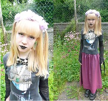Ilsebelle 薔薇 - Camden Old T Shirt, Bangalore Gold Septum Ring, Handmade By Me Lilac Flower Ribbon Garland, Tibetan Market In Goa Necklace, Market In Bangalore Bigger Necklace, New Rock Metal Boots, Handmade By Me Iridescent Skirt, Omen Floaty Spider Web Top - 皮肉?秘密。。。