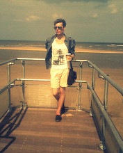 Dapper Gent Blog - Cedarwood State Los Angeles, Denim Co. Chino Shorts, Denim Co. Shirt, Cedarwood State Black Plimsolls, River Island Brown Satchel, Boots Mirrored Aviators, Burton Black Watch - Bord de la mer.